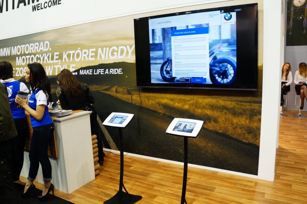 Przykład wykorzystania kiosków multimedialnych (infokiosków) podczas targów motoryzacyjnych